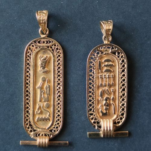 Two PENDANTS in yellow gold 750°/°° with Egyptian cartouches Weight : 10.6 gr