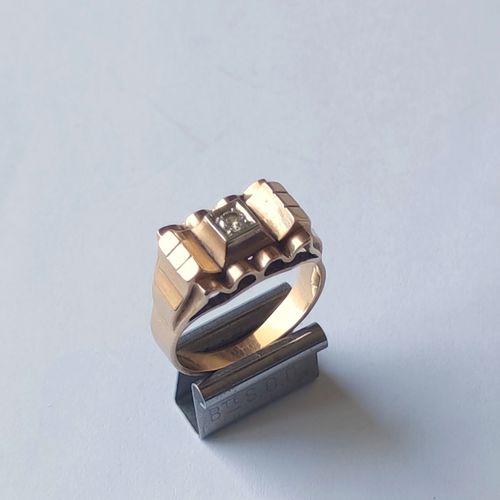 BAGUE den or jaune 750°/°° de forme pont sertie en son centre d'un petit diamant…