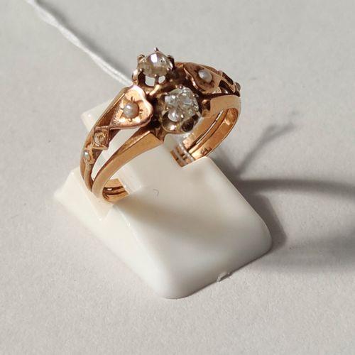 BAGUE en or jaune sertie de deux petits diamants taillés et de quatre petites pe…
