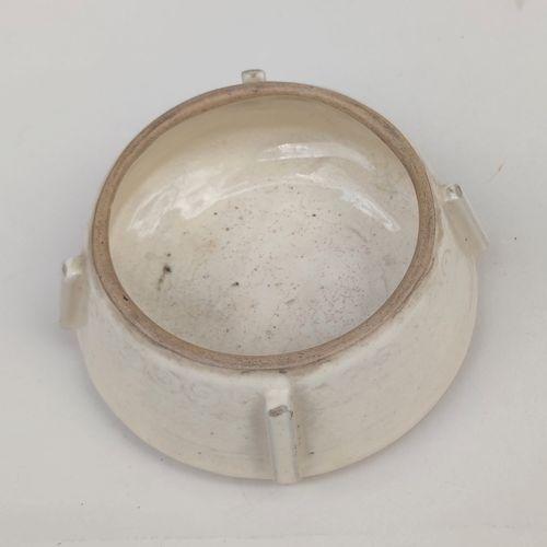 Petite COUPE de forme ronde en céramique émaillée crème à décor incisé sous engo…