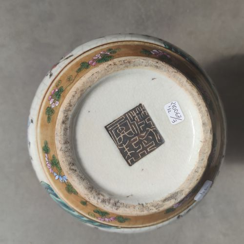 Paire de VASES en porcelaine craquelée de forme pansue et cols cornets à décor é…
