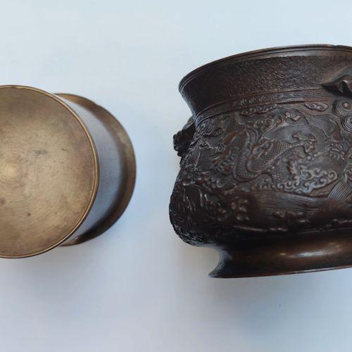 Petite COUPE de forme ronde pansue en bronze patiné brun à motif de dragons et t…