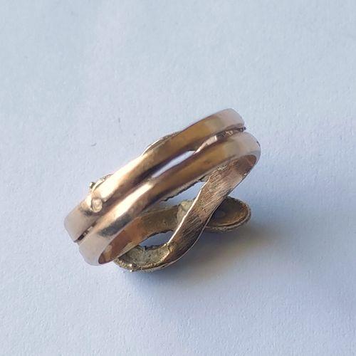 BAGUE en or jaune 750°/°° à motif de deux serpents entrelacés, formant un anneau…
