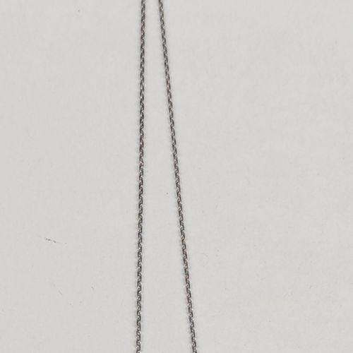 Un pendentif en or gris 750°/00 serti de deux diamants taille ancienne, L'un d'…