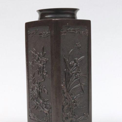 Vase en bronze de section carrée, les quatre côtés à décor de branchages fleuris…