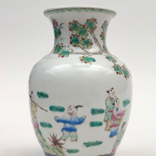 Vase en porcelaine de forme balustre à décor émaillé polychrome d'une femme cuei…