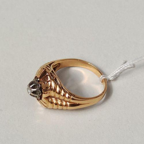 BAGUE en or jaune 750°/°° godronnée sertie d'une petite pierre blanche taillée P…