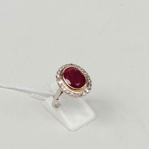Bague en or jaune et gris 750°/00 sertie d'un rubis de 6.28 carats, Birman et d'…