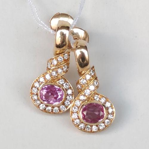 Une paire de boucles d'oreilles en or jaune 750°/00 serties de pierres rouges et…