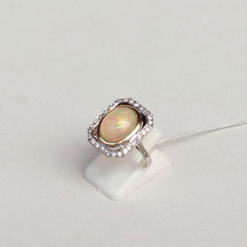 Bague en or jaune et gris 750°/00 sertie d'une opale et de petits diamants taill…