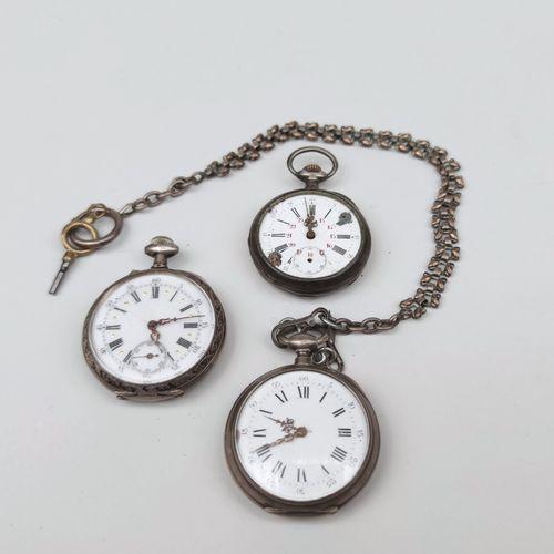 LOT : Trois montres de poche accidentées les boitiers en argent, une chaine gile…