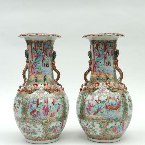 Paire de VASES de forme balustre en porcelaine à décor émaillé polychrome de scè…