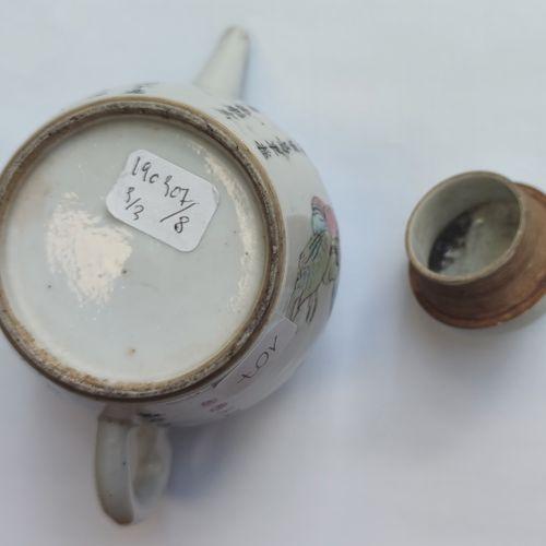 Petite THEIERE et deux tasses en porcelaine émaillée polychrome, Chine Haut. : 1…