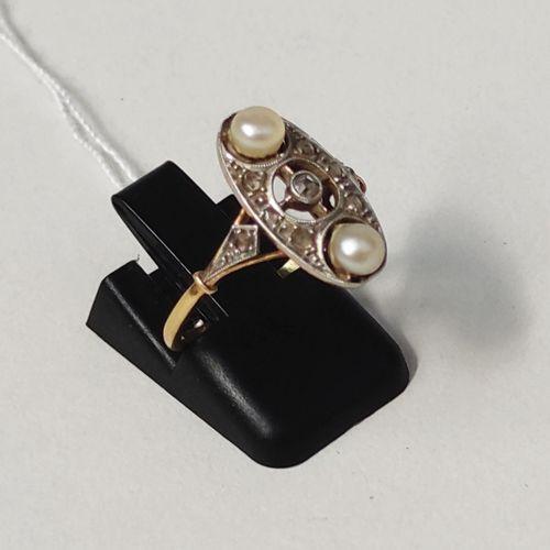 BAGUE en or jaune 750°/°° et or gris 750°/°° ornée de deux perles et petits diam…