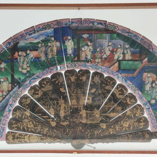 EVENTAIL en bois de bambou laqué noir et doré à seize brins, la partie supérieur…