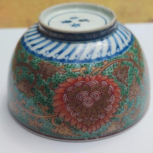 BOL en porcelaine à décor émaillé polychrome sur l'extérieur de rinceaux et fleu…