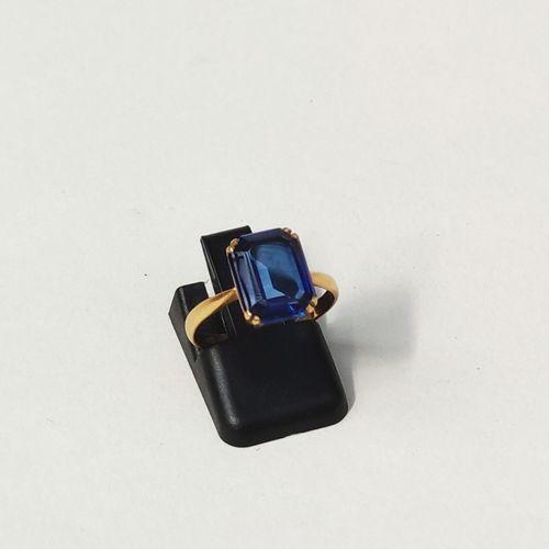 BAGUE, monture en or jaune 750°/°° sertie d'une pierre bleue couleur saphir tail…
