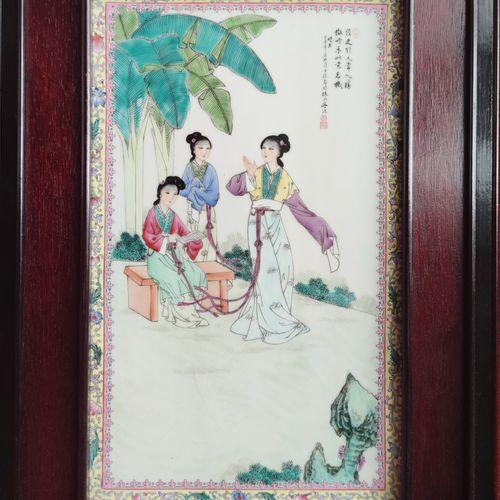 Quatre PLAQUES en porcelaine à décor émaillé polychrome de scènes de palais. Enc…