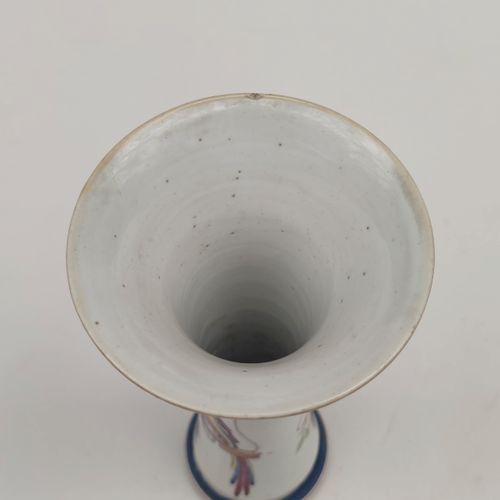 Petit VASE en porcelaine de forme tubulaire à col cornet à décor émaillé polychr…