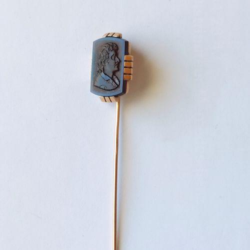 EPINGLE en or jaune 750°/°° ornée d'un cabochon rectangulaire à motif d'un buste…