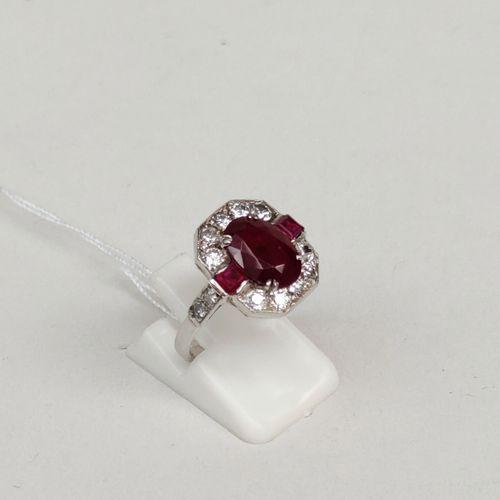 Bague en or gris 750°/00 sertie d'un rubis de 2.50 carats et de diamants taille …