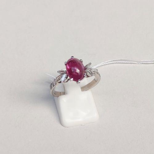 Bague en or gris 750°/00 sertie d'un rubis cabochon et de petits diamants baguet…