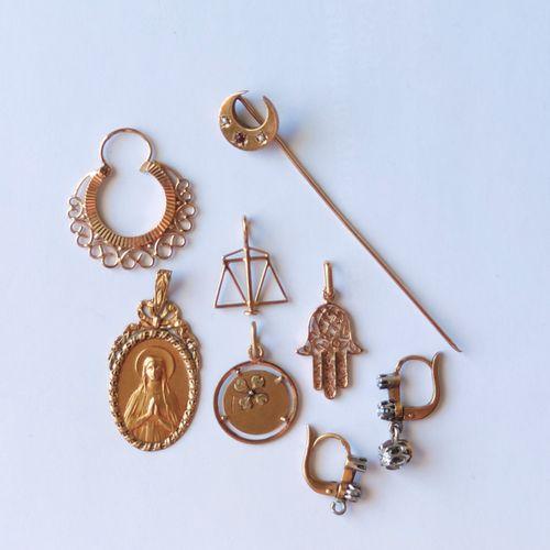 LOT en or jaune 750°/°° comprenant : deux médailles, deux pendentifs, une épingl…