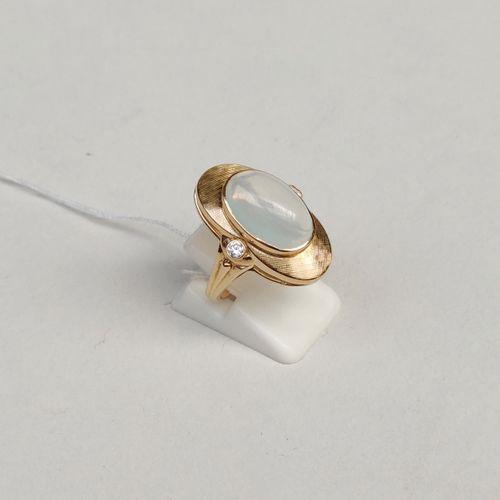 Bague en or jaune 750°/00 sertie d'une pierre de lune et de diamants taille bril…