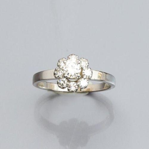 Bague fleur en or gris 750°/00, sertie d 'un diamant taille brillant, entourage …