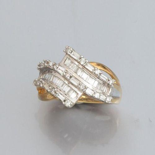 Bague croisée en or deux tons 375°/00, sertie de diamants taille brillant et de …