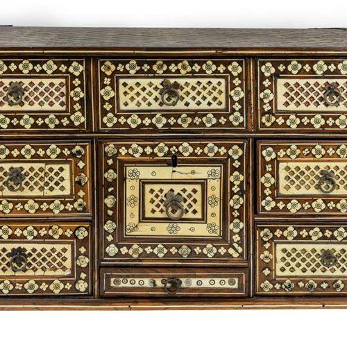 PORTUGAL, COLONIES 17 18ème SIECLE Cabinet de voyage  En bois exotique au décor …