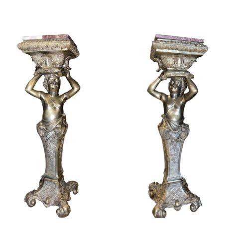PAIRE D'IMPORTANTES SELLETTES, ca. 1900 En bronze richement sculpté et doré, pré…