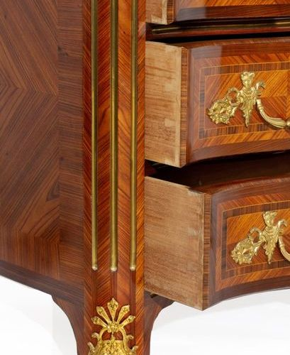 """Regency style """"crossbow"""" chest of drawers in veneer and marquetry fillets, openi…"""