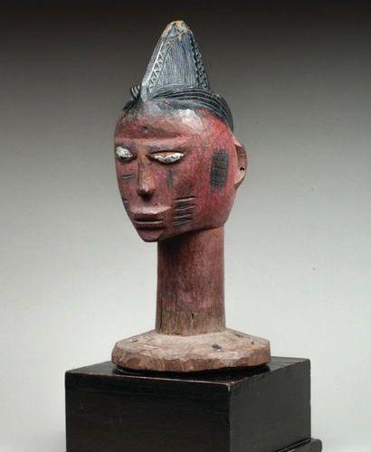 Tête cultuelle présentant un visage à l'expression intériorisée, les tempes et l…