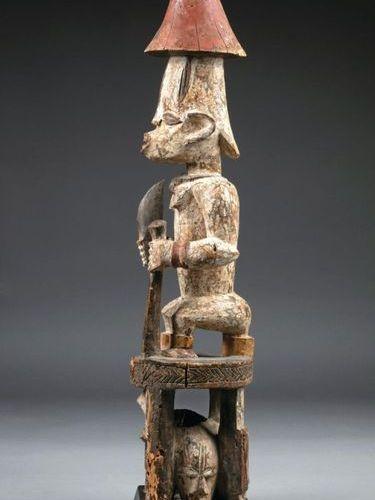 Statue cultuelle présentant un chef assis tenant un bâton et un poignard Àses p…