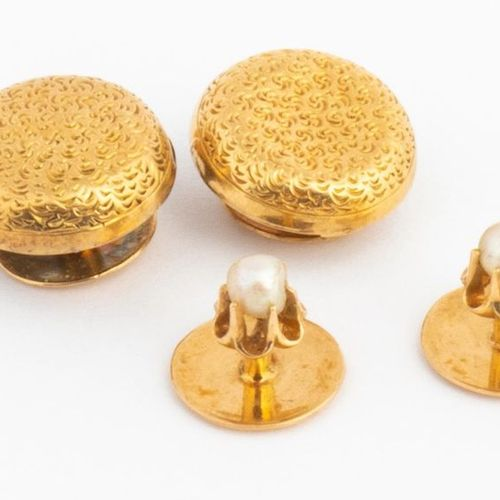 Lot de deux paires de boutons de col en or jaune 18k (750 millièmes), l'une orné…