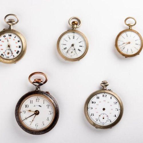 Lot de cinq montres de poche en métal aux états techniques et esthétiques variab…