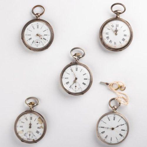 Lot de cinq montres de poche en argent aux dimensions diverses ainsi qu'aux état…