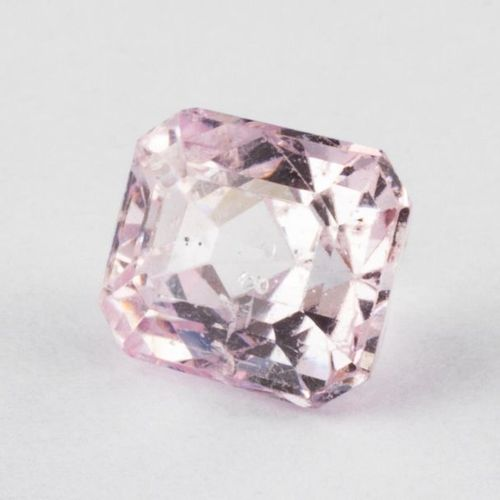 Spinelle rose lumineux d'un poids de 1,46 carats, taille émeraude. Très belle br…