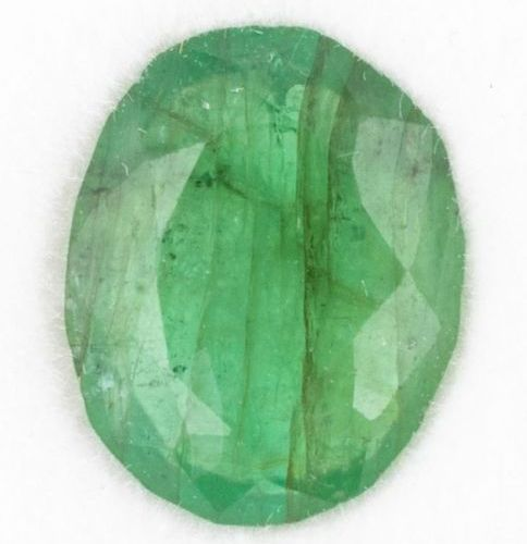 Une émeraude ovale vert moyen de 1,77 ct. Présentant de nombreuses inclusions do…