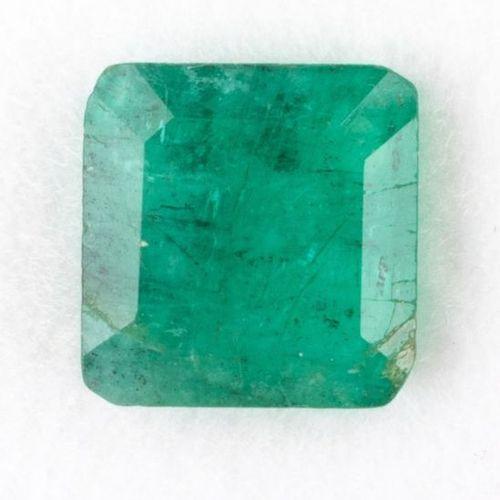 Une émeraude carrée à pans coupés de 1,01 ct. Translucide à opaque vert foncé. E…