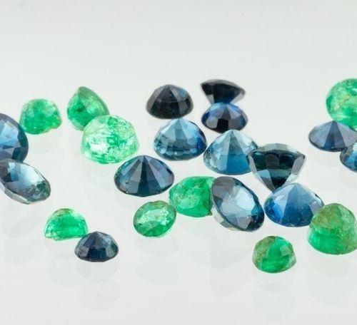 Lot constitué de quinze saphirs bleus ronds, un saphir marquise et neuf émeraude…