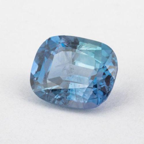 Saphir bleu d'un poids de 1,02 carats, taille coussin. Très jolie couleur, plein…