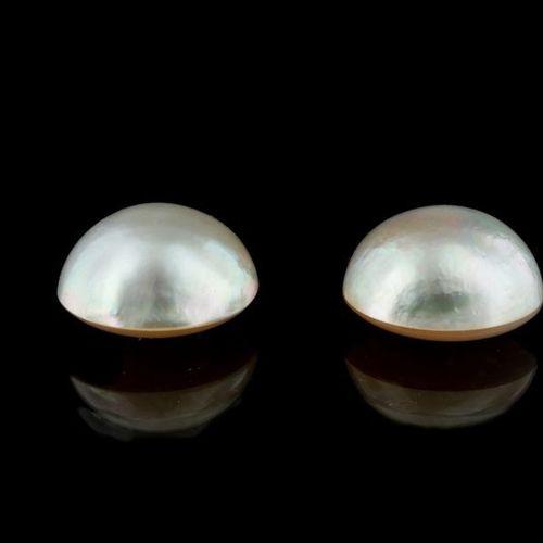 Paire de demi perles composées de mabés et d'un fond collé en nacre. Très joli l…