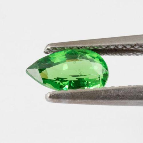 Grenat tsavorite pesant 1,14 carats, de taille poire. D'une couleur vert intense…