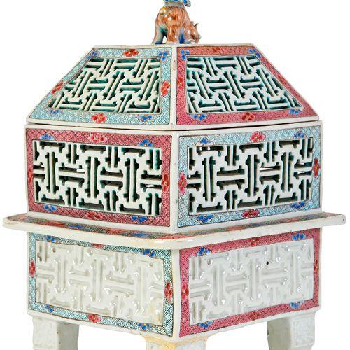 Chine, XIXe siècle Brûle parfum en porcelaine à paroi réticulée à décor floral e…