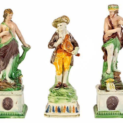 Lot se composant d'une paire de statuettes en faïence polychrome à décor de pers…