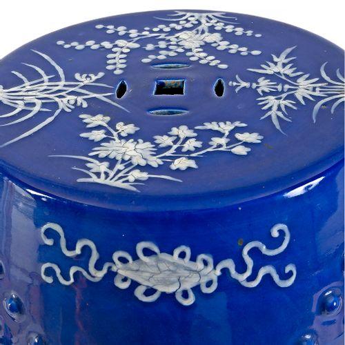 Chine XIXe siècle Tabouret en porcelaine ajourée à décor sur fond bleu de motif…