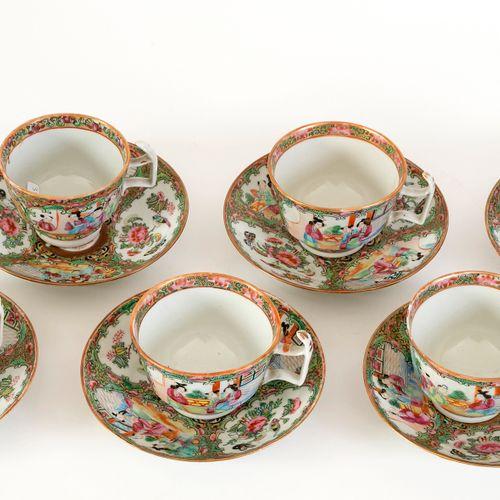 Chine, XIXe siècle Série de 6 tasses et 6 sous tasses en porcelaine de Canton à…