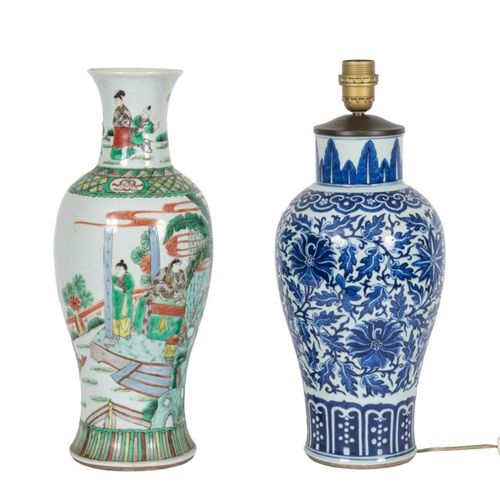 Chine, XIXe siècle Lot de deux vases en porcelaine, l'un à décor en émaux de la …